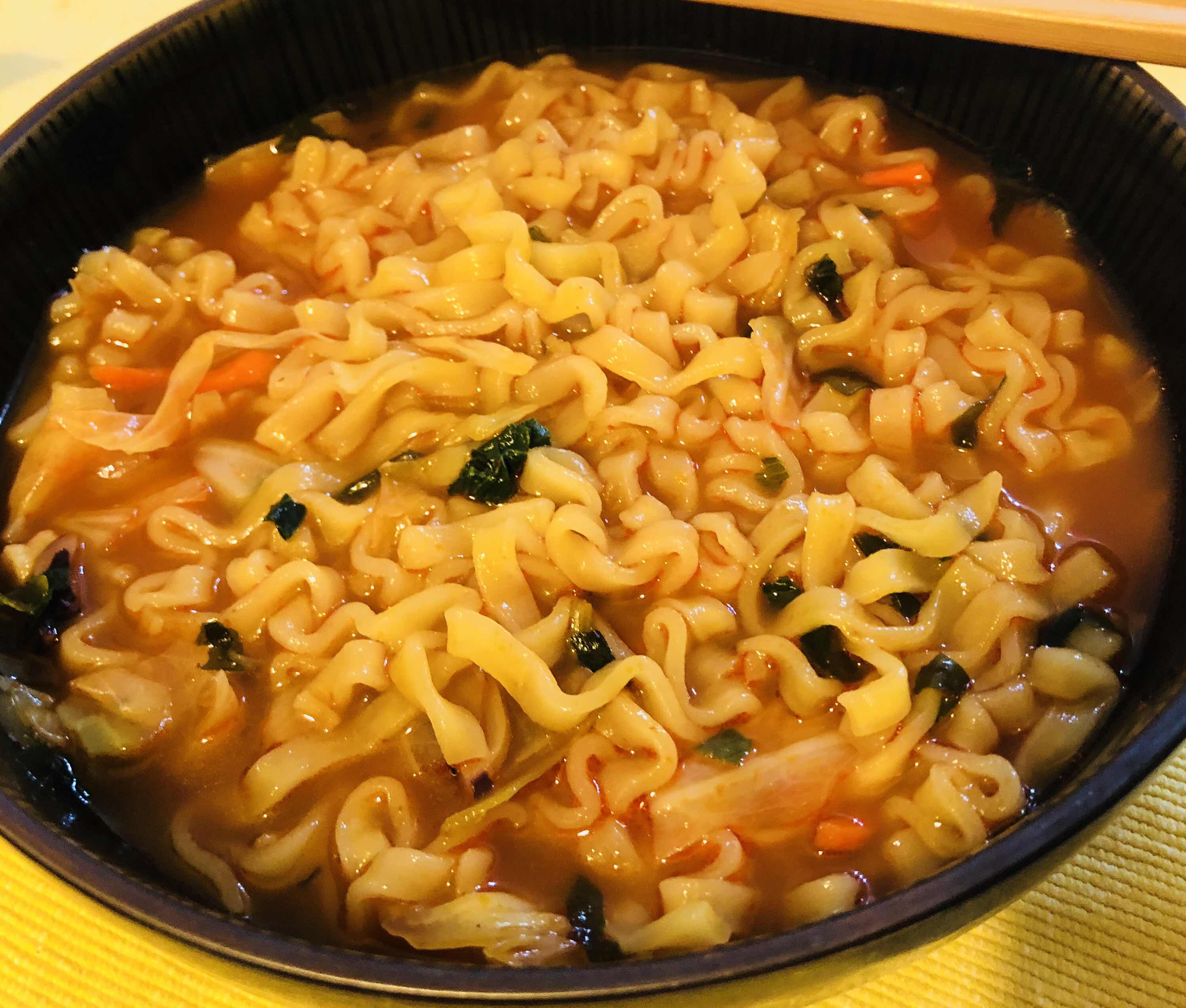 [心得] 不倒翁 金螃蟹海鮮風味拉麵。湯頭好喝微辣的泡麵。Costco購入
