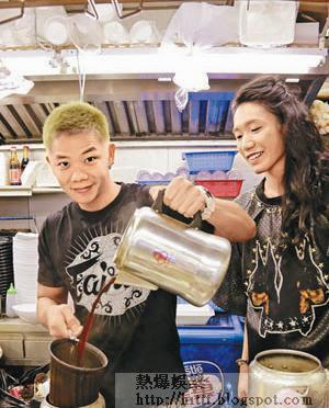 子善為許嘉浩親自示範沖奶茶技巧。