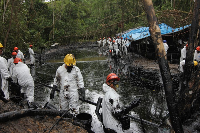 Workers scoop oil out a stream near Chiriaco, in northern Peru, where crude spilled from a pipeline in late January 2016. Photo: Barbara Fraser