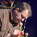 La Gaseta del Mercat 12 març · Aprofitant restes de sàlix, Gilles va fer un petit centre sobre vas de vidre amb tulipes.