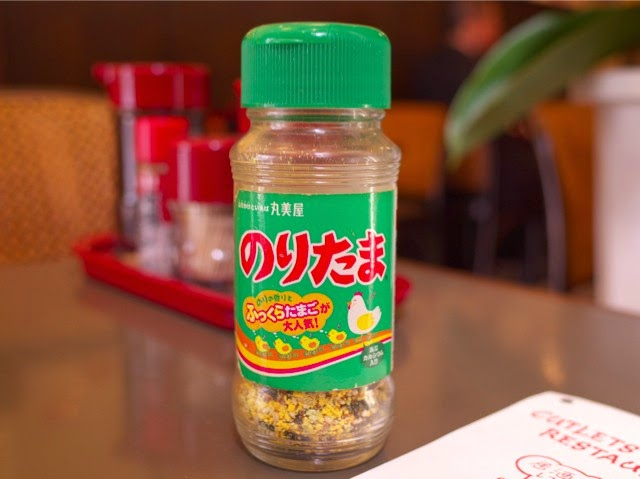 卓上の「のりたま」緑色ボトル