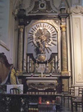 Binnen in de kerk van Hoegaarden.