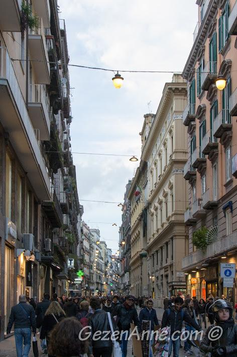 Napoli'de Toledo caddesinde yürürken