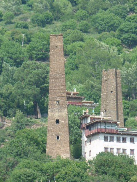 """Frédérique Darragon, véritable passionaria des diaolou, """"tours fortifiées"""" en chinois, a mené un travail de datation au carbone 14 sur 82 tours, estimant entre les IVe et XVIe siècles la construction de celles qui existent toujours. Des résultats contestés par certains universitaires chinois, qui optent davantage pour une architecture défensive du XVIIIe siècle, diao signifiant donc """"forteresse"""" en chinois. Quoiqu'il en soit, les tours fascinent et intriguent, d'autant qu'elles ont bien résisté au grand tremblement de terre ayant ravagé une partie du Sichuan en 2008. Extrait d�un article du figaro"""