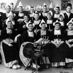 1952 juni  Boerenvrouwen in klederdracht in Volendam_BEW.jpg