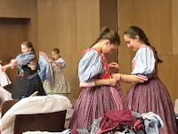 15. A lányok egymásnak is segítettek az öltözködésben.jpg