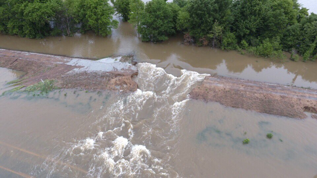 Levee breaches along the Black River near Pocahontas, Arkansas, on 3 May 2017. Photo: Brian Emfinger / Twitter