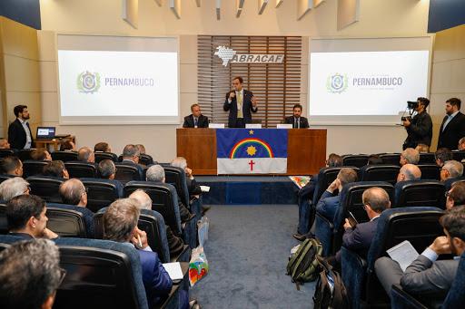 Paulo Câmara comanda encontro de negócios com 90 representantes do mercado automotivo