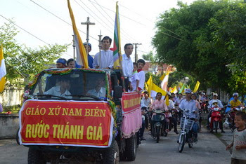 Thánh Giá đại hội Giới Trẻ về đến giáo xứ Nam Biên