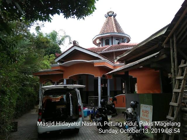 Kegiatan Bersih-bersih Masjid Hidayatul Nasikin Petung Kidul, Kecamatan Pakis, Kabupaten Magelang