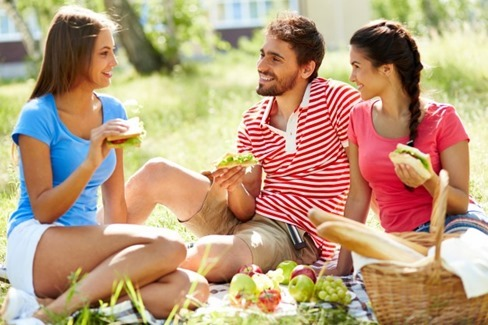 amigos-conversando-e-comendo-no-parque_1098-2633