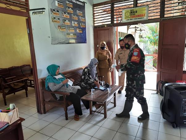 Satgas TMMD Ke-111 Kodim 1207/Pontianak Sambangi SMP Negeri 1 Kuala Mandor B Sambil Bagikan Masker