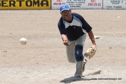 José Francisco Ávila lanzando por Agua y Drenaje en el softbol del Club Sertoma