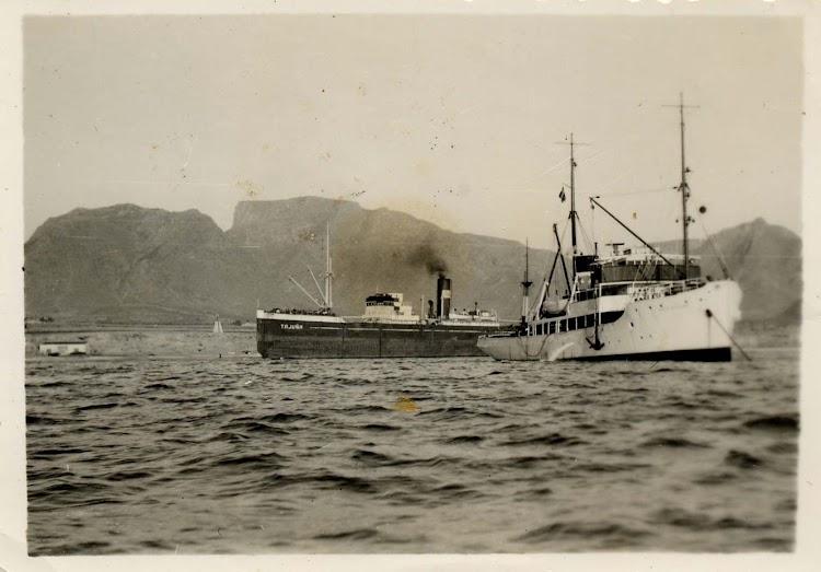 El remolcador E.M. Z. SVITZER tirando del TAJUÑA. Foto de los Sres. Antonio Noguera y Froilan Ros Llorca. Nuestro agradecimiento.JPG