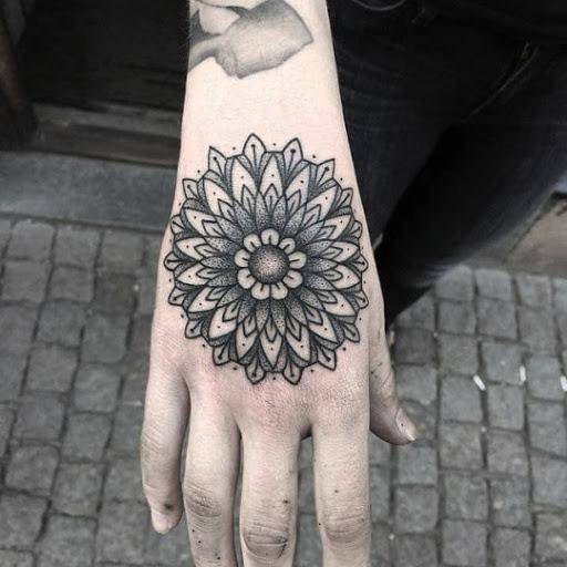 O preto e o cinza mandala desenho de tatuagem na mao