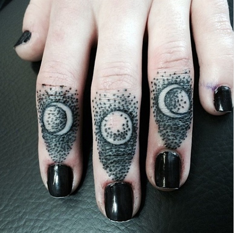 pequeno_dotwork_lua_fases_de_dedo_tatuagens
