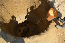 Až teď může začít samotná stavba. Voda obvykle vyvěrá v hloubce tří až čtyř metrů, kope se ještě tak o dva metry níže. (Foto: Marcela Janáčková, ČvT)