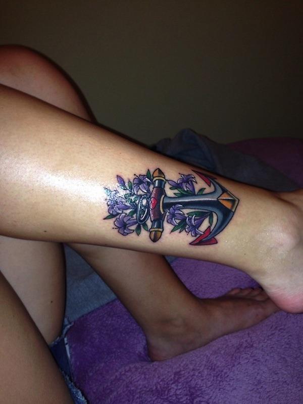 a_tatuagem_de_ncora_e_flores_roxas