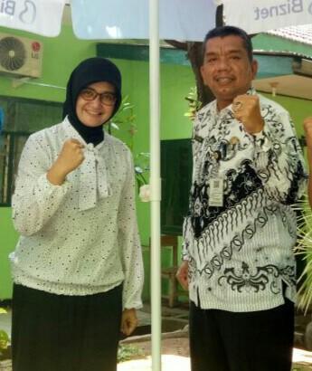 Atik Herawati bersama Kepala sekolah SMPN 4 Kota Mojokerto