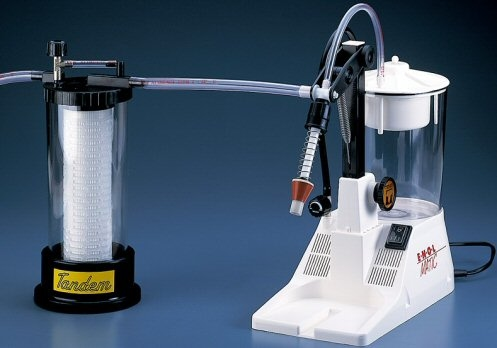 Συσκευή φιλτραρίσματος Tandem συνδεμένη με το ηλεκτρικό γεμιστικό μηχάνημα Enolmatic, ιδανικό για μικρούς παραγωγούς ή ερασιτέχνες (ερασιτεχνική χρήση)