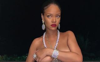 Rihanna faz topless com pingente hindu e é criticada