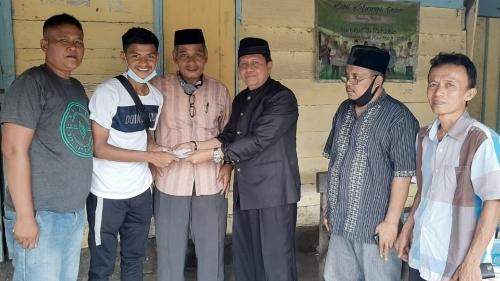 Foto Irwan Basir Dt Rj Alam Menyerahkan Bantuan ke Genta. Datuk Irwan Basir Ikut Bangga, Anak Rang Jambak Dipanggil Seleksi Timnas U-19.