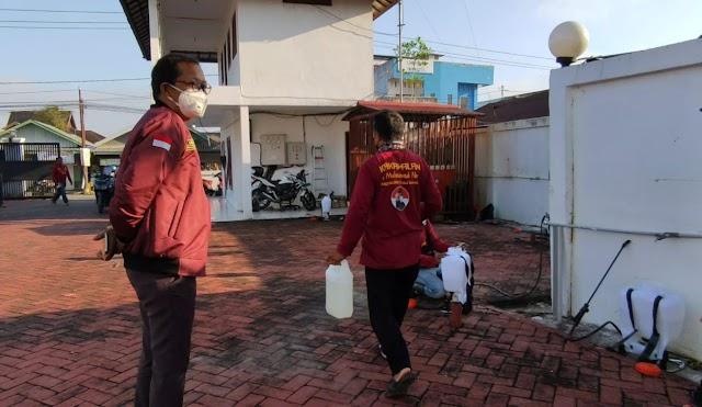 Jaga Lingkungan Jelang Ramadhan, M Nur Lakukan Penyemprotan Disinfektan