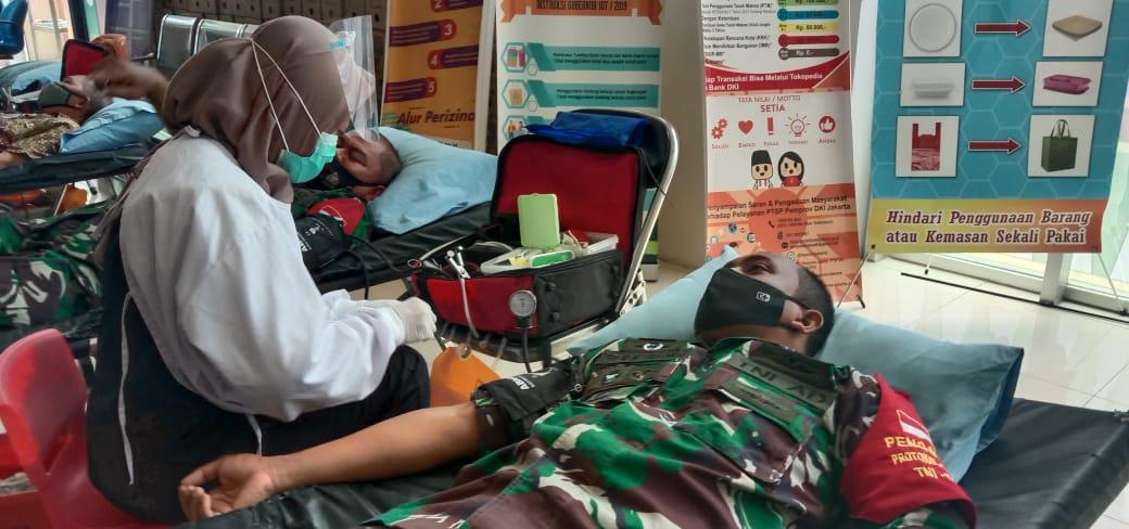 Danramil-02/Penjaringan Bersama Babinsa Bantu PMI Menggelar Donor Darah