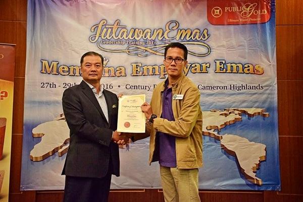 Penyampaian sijil tamat latihan JLT