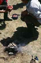 Photo: 03248 ブルド/バスハダール家/タルバガン(野獣)料理/肉を毛皮につめて焼く
