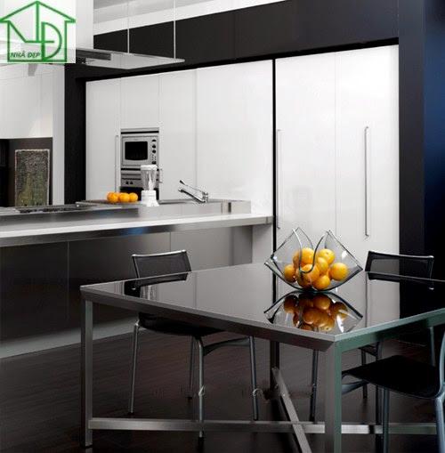 Bàn ăn cùng với phòng bếp hiện đại với gam màu đen trắng chủ đạo