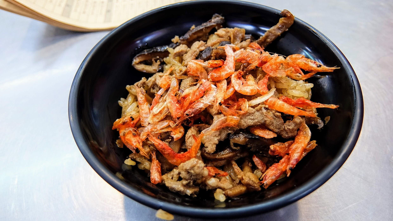 櫻花蝦油飯,上頭擺著櫻花蝦喔