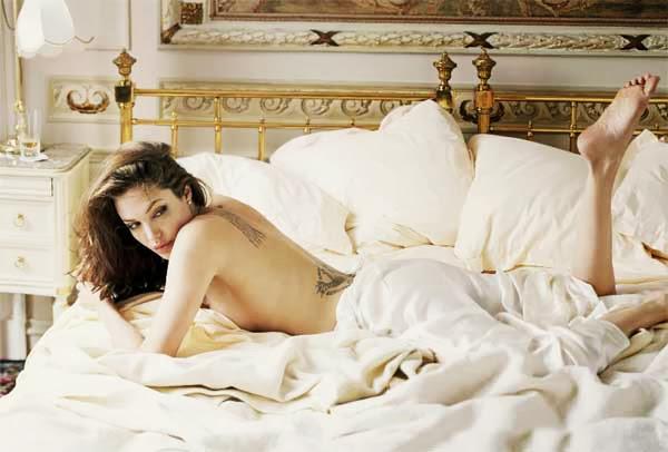 Angelina Jolie, casi desnuda