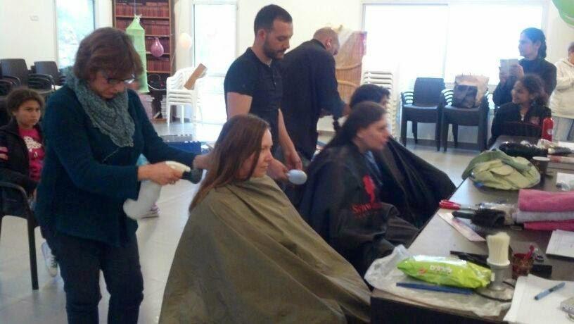 תרומת שיער לפאות עבור חולי סרטן. Donating hair to make wigs for cancer patients.