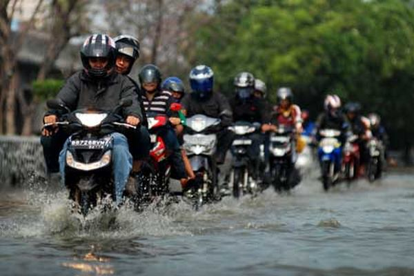 Safety Riding Sepeda Motor Hujan Banjir