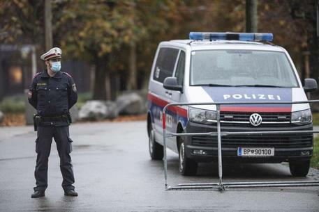 """Vienna, spari nel centro città vicino alla sinagoga: diversi feriti. Il ministero: """"Ucciso un autore dell'attacco, un altro è in fuga"""""""