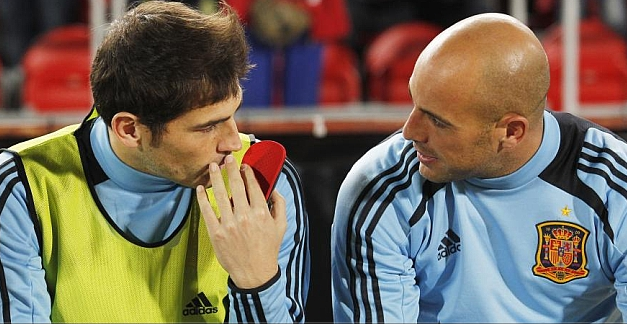 Pepe Reina seen telling Iker Casillas to leave Real Madrid by lip readers on Spanish TV