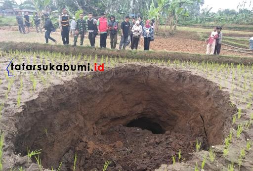 Fenomena Lobang Menganga Ditengah Sawah di Sukabumi, Petani Penggarap Ungkap Sejarah