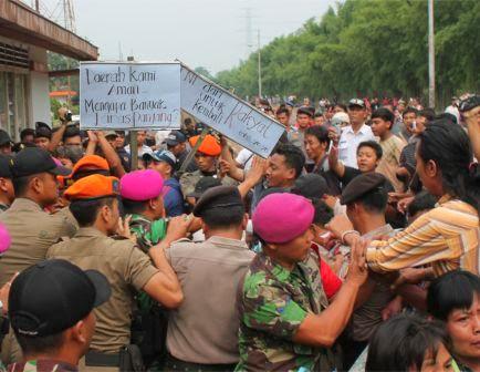 Ratusan pedagang asongan menggelar orasi di depan Stasiun Walikukun Ngawi