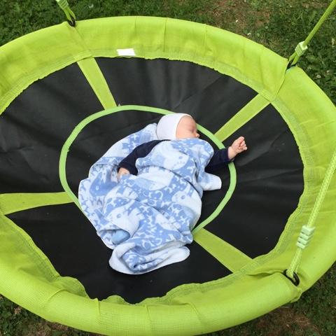 Baby schläft in Schaukel