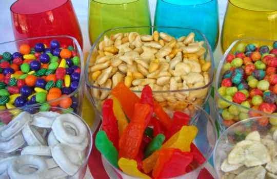 Comidas y bebidas de reserva para los asistente a la fiesta