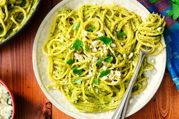 Espagueti verde con salsa poblana