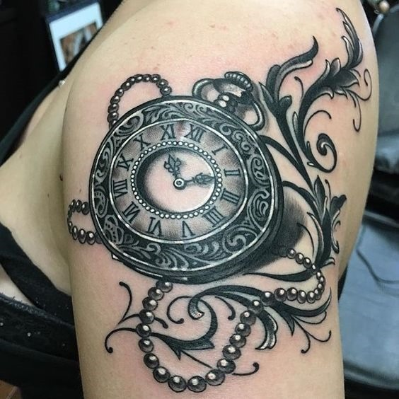 relgio_de_bolso_de_prolas_ao_braço_de_tatuagem