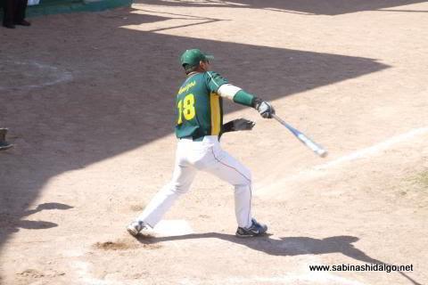 Lino Rentería de Amigos en el softbol dominical