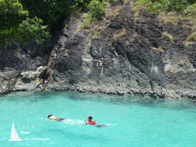 เล่นน้ำที่หาดศาลเจ้าแม่เกาะรัง กับกิจกรรมดำน้ำชมปะการังที่โฮมสเตย์ บีช ป้านา