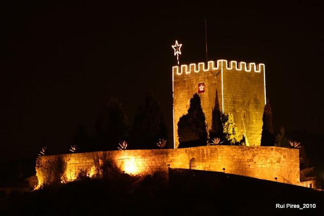 Lamego à noite com castelo em fundo natal 2010