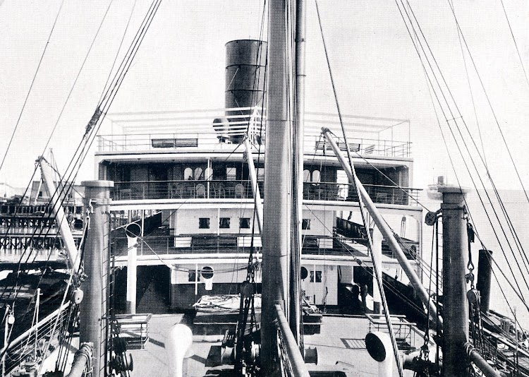 MARQUES DE COMILLAS. Vista de la superestructura desde popa. Se aprecia en la parte alta el café-veranda. Libro Obras. S.E. de C.N. 1928.JPG