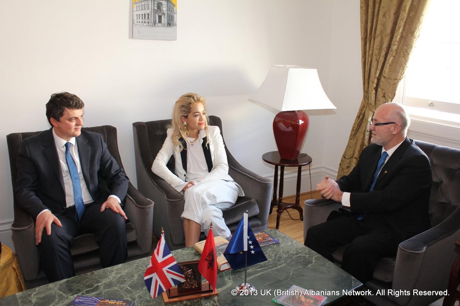 Rita Ora ne ambasaden shqiptare Londer