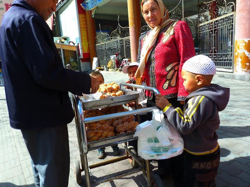 XINJIANG. Urumqi, Grand Bazar, 8 avril - P1270276.JPG