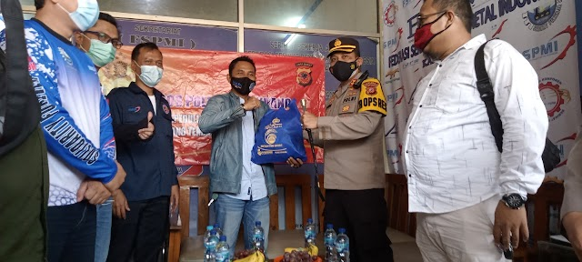 Polres Karawang silaturahmi kepada FSPMI sekaligus memberikan bantuan Sembako.